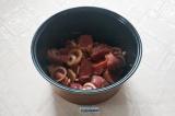 Шаг 4. В чашу мультиварки сложить лук и мясо, полить заправкой и хорошо перемеша