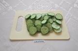 Шаг 1. Огурцы помыть и нарезать тонкими ломтиками: чем тоньше ломтики, тем быстр