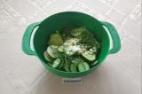 Шаг 4. В миску сложить огурцы, укроп, чеснок и соль. Хорошо перемешать руками.