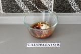Шаг 4. Соединить чеснок, соевый соус, оливковое масло и специи.