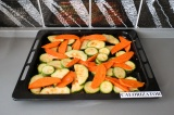 Шаг 6. Выложить овощи на противень и поставить на 40 минут при 170 градусах.