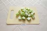 Шаг 1. Кабачок помыть, почистить от кожуры и семян, нарезать некрупными кубиками
