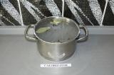 Шаг 1. Довести до кипения воду с солью, лавровым листом и душистым горошком.