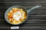 Шаг 6. Добавить томатный сок и рисовую муку, перемешать и томить 10 минут под