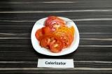 Шаг 2. Нарезать помидор тонкими ломтиками.