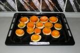 Шаг 7. Положить поверх кружочки помидоров и запекать в духовке при 170 градусах