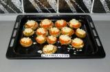 Шаг 8. Присыпать баклажаны тертым сыром и еще поставить в духовку на 5-7 минут.