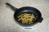 Шаг 3. Кедровые орехи поджарить на сухой сковороде помешивая, чтобы они не подго