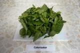 Шаг 4. Листья базилика освободить от черенков, вымыть и обсушить салфеткой.