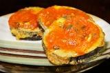 Шаг 11. Полить баклажаны томатным соусом и натереть сверху пармезан.