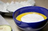 Шаг 3. Насыпать в одну тарелку муки, а в другую миску разбить яйца.