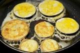 Шаг 4. Ломтики баклажана обвалять в муке и обмакнуть в яйца. Затем обжаривать.