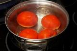 Шаг 6. Отварить помидоры в кастрюле, предварительно сделав на них разрезы.