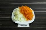 Шаг 4. Нашинковать лук, морковь натереть на терке.