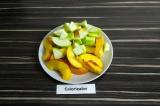 Шаг 3. Нектарин и яблоки нарезать.