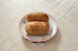 Шаг 9. Готовую колбасу достать из духовки и выложить на тарелку. Охладить.