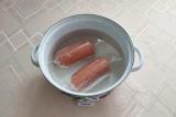Шаг 7. Заготовки для колбасы положить в кастрюлю и залить водой, довести до кипе