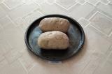 Шаг 8. Затем колбасу освободить от плёнки и положить в форму для запекания, пост