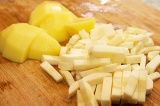 Шаг 8. Нарезать картошку соломкой, добавить, когда закипит капуста.