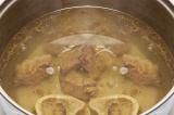 Шаг 4. Когда бульон будет готов, вынуть мясо и разрезать его на кусочки, положит