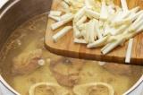 Шаг 5. Корень петрушки очистить и добавить в кастрюлю.