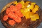 Шаг 5. Морковь и сладкий перец порезать, добавить в гуляш. Подлить воды и тушить