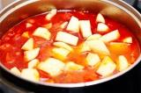 Шаг 6. Добавить крупно нарезанный картофель и тушить пока он не приготовится.