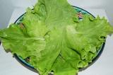 Шаг 1. Листья салата помыть и выложить на тарелку.