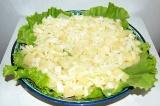Шаг 5. Выложить лук слоем на ананасы.