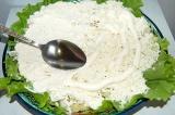 Шаг 7. Выложить яйца поверх лука и смазать майонезом.
