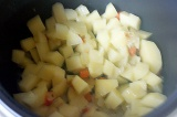 Шаг 2. Почистить и нарезать картофель.