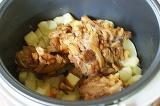 Шаг 3. За картофелем положить грибы лисички.