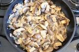 Шаг 4. Положить лук и грибы в сковороду и готовить 3-4 минуты.