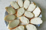 Шаг 3. Намазать ровным слоем масла каждый ломтик хлеба.
