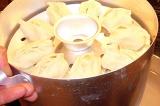 Шаг 7. Поместить манты в пароварку и готовить в течение 45 минут.