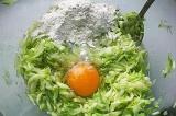 Шаг 3. Смешать кабачок, чеснок, яйцо, соль и муку.