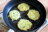 Шаг 5. Выложить тесто на сковороду и обжарить с двух сторон на растительном масл
