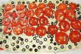 Шаг 6. Маслины и помидоры нарезать кольцами и выложить на слой майонеза с укропо