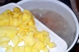 Шаг 3. Картофель положить в кастрюлю. Варить 30 минут.
