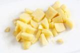 Шаг 1. Порезать картофель кубиками.