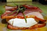 Готовое блюдо: сыр бри, запеченный в беконе
