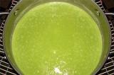 Шаг 7. Зеленый горошек измельчить в блендере, долить сливки и добавить в суп.
