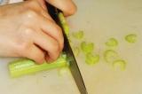 Шаг 2. Стебель сельдерея нарезать кусочками.