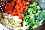 Шаг 5. Капусту отправить в кастрюлю к моркови и пастернаку, через 5 минут добави