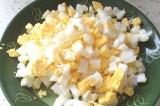 Шаг 4. Вареные яйца порезать кубиком.