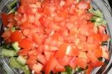 Шаг 5. Нарезать кубиками болгарский перец и помидоры. Добавить в салат.