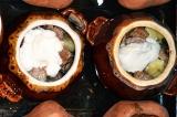 Шаг 5. В горшочек выложить слоями картофель, мясо, грибы, добавить майонез...