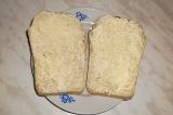 Шаг 4. Масло намазать на ломтики хлеба.