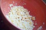Шаг 2. Из яиц извлечь желтки и растереть вилкой.