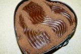 Шаг 9. На остывший пирог выложить крем и поставить в холодильник на 1 час.